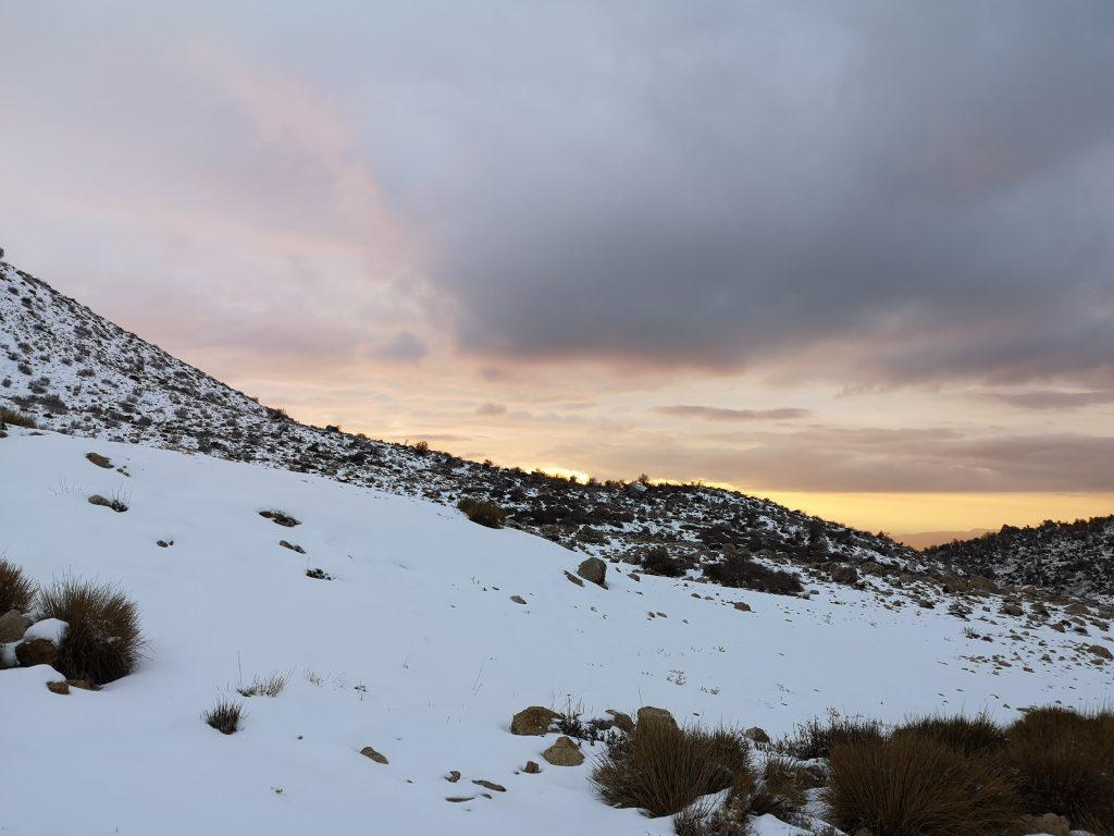 zug berlin teheran ankunft iran berge schnee