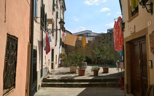 waescheleine in Norditalien zwischen zwei Häusern die besten reise-podcasts übersicht