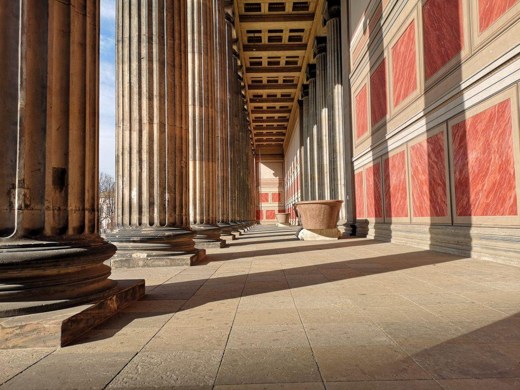 Altes Museum in Berlin Säulen Innen vorn Auf Weltreise in Berlin