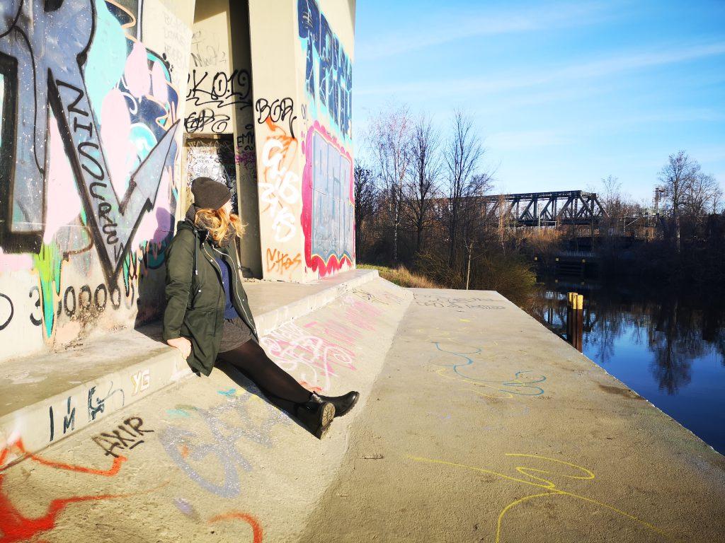 Coole Orte in Berlin Graffiti, Frau chillt am Wasser