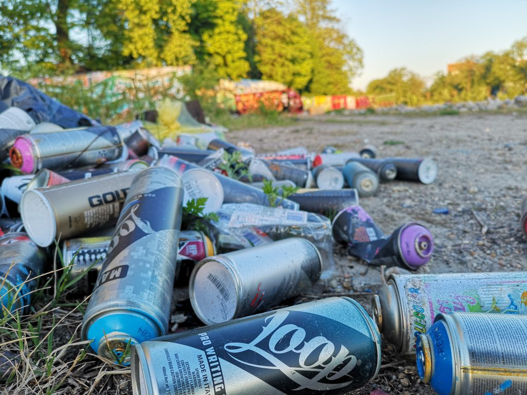 Spraydosen auf einem Hafen viele Spraydosen Graffiti