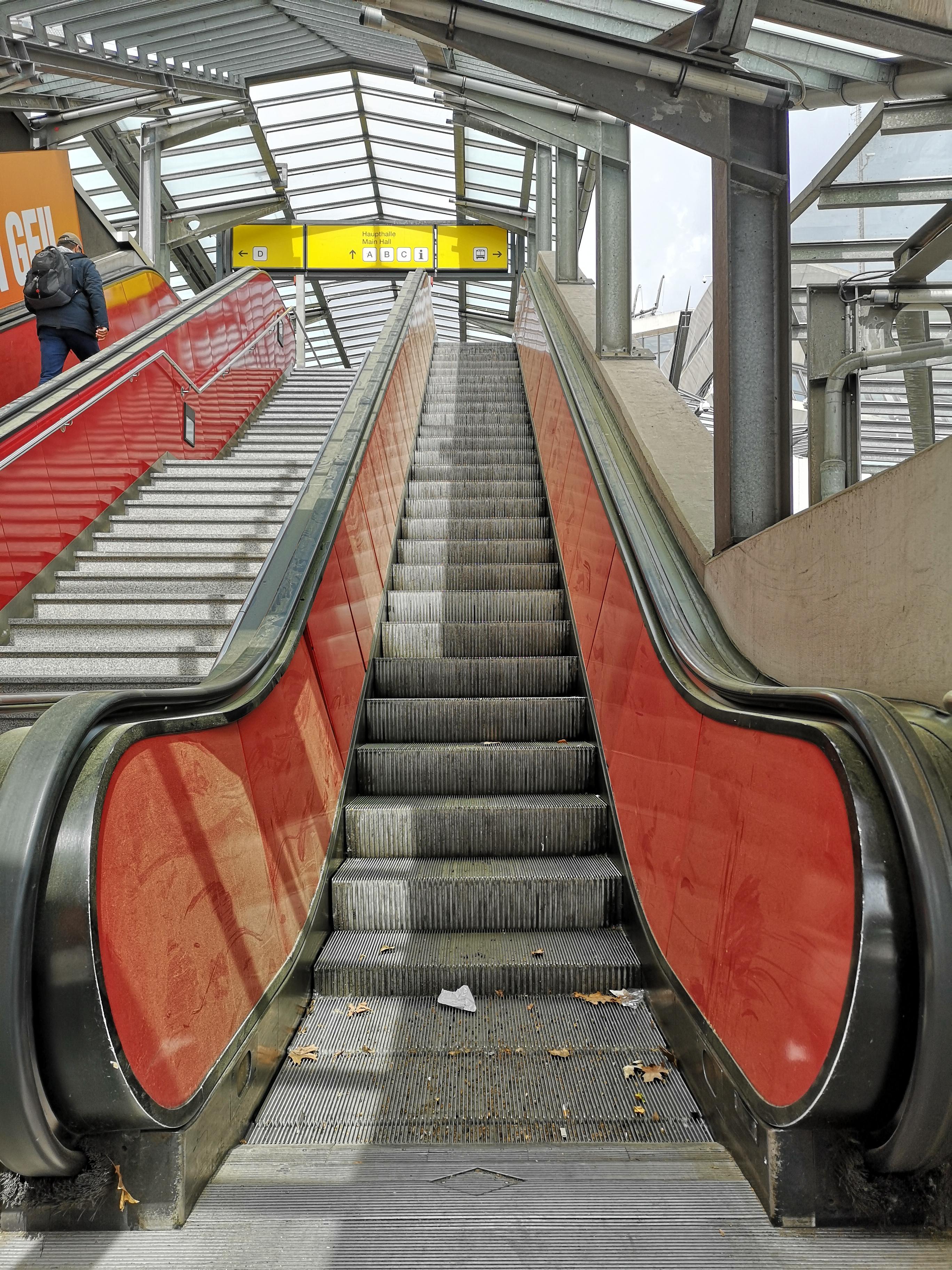 Flughafen-Tegel-Berlin-Schliessung-Rolltreppe