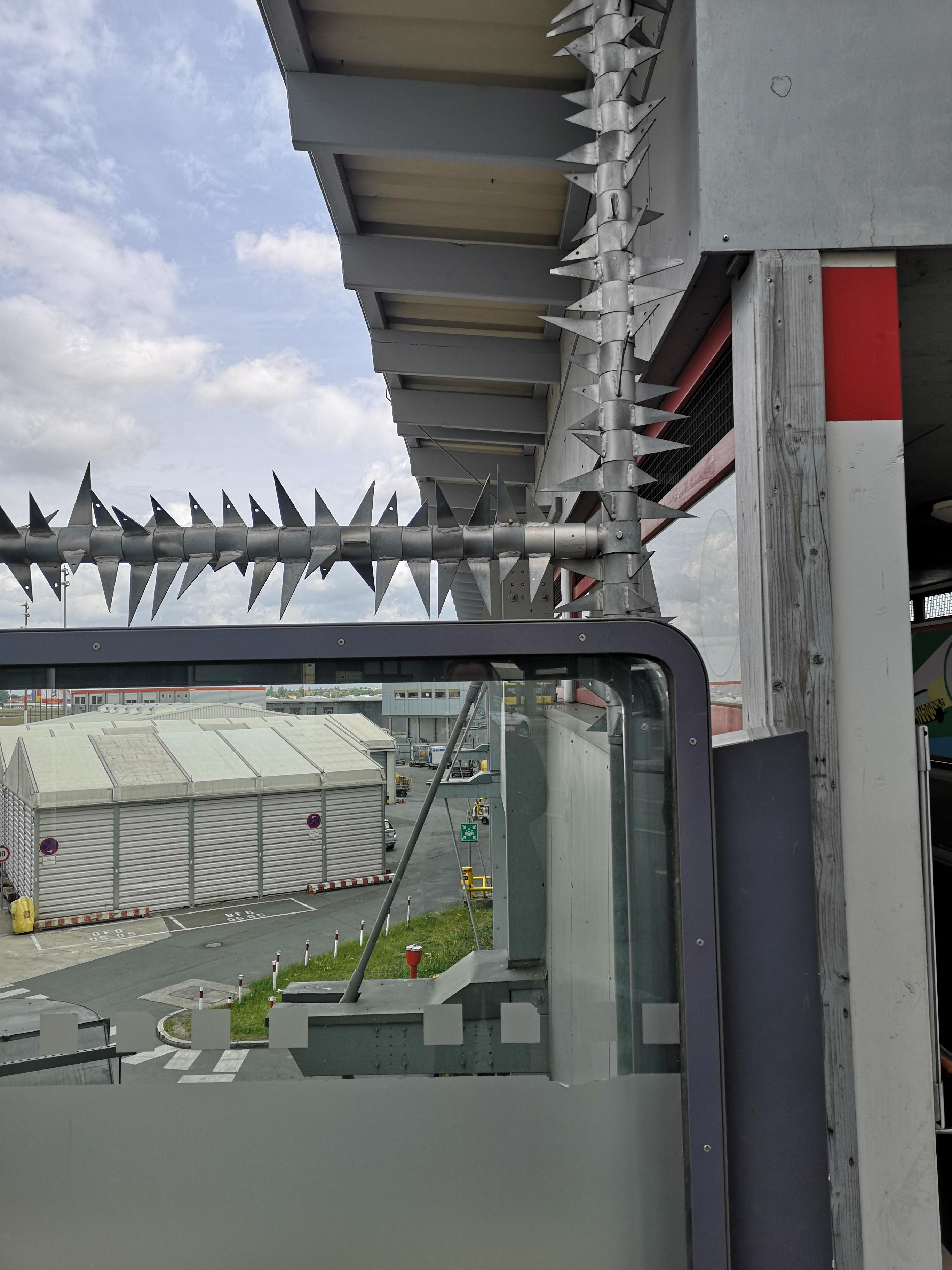 Flughafen-Tegel-Berlin-Schliessung-Stacheldraht