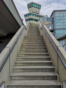 Flughafen-Tegel-Berlin-Schliessung-Treppe