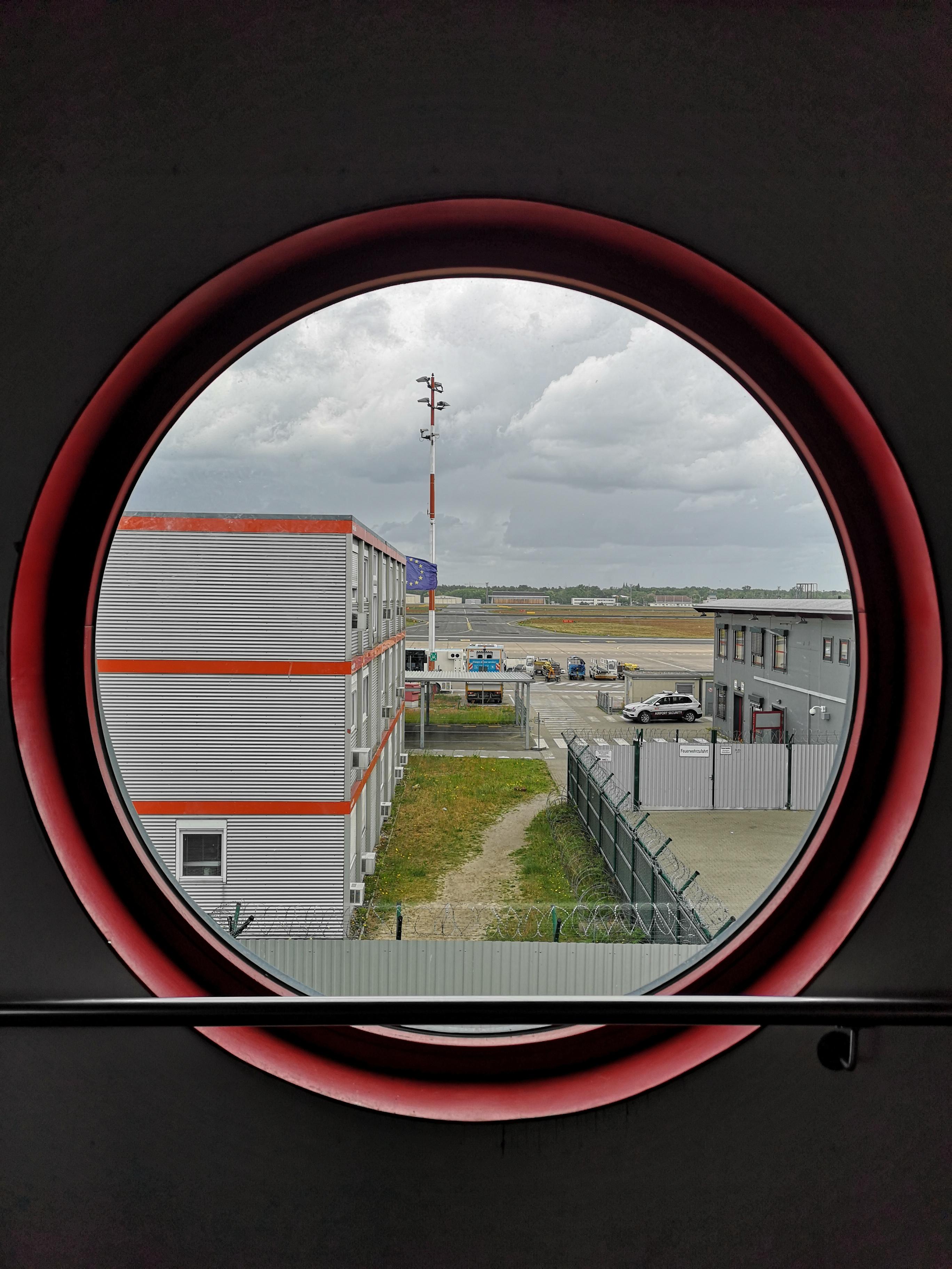 Flughafen-Tegel-Berlin-Schliessung-rundes-Fenster.