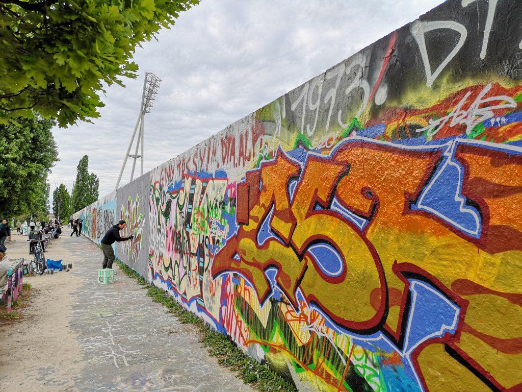 mauer mit grafitti im Mauerpark coole orte in Berlin