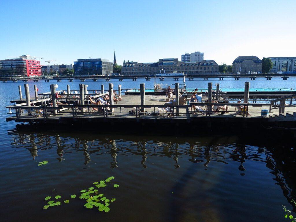 Sommer in Berlin Badeschiff Treptow Spree