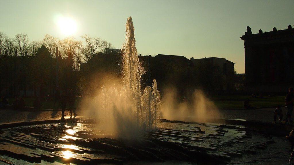 Sommer in Berlin Brunnen Museumsinsel Lustgarten