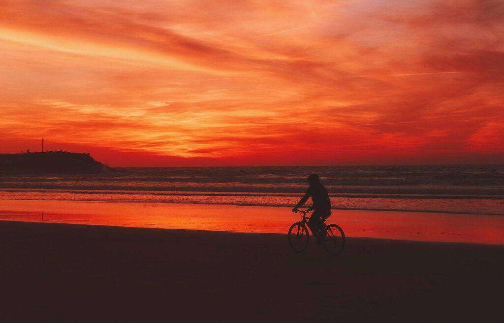 Fahrradtour von Berlin an die Ostsee Sonnenuntergang Radfahrer am Strand