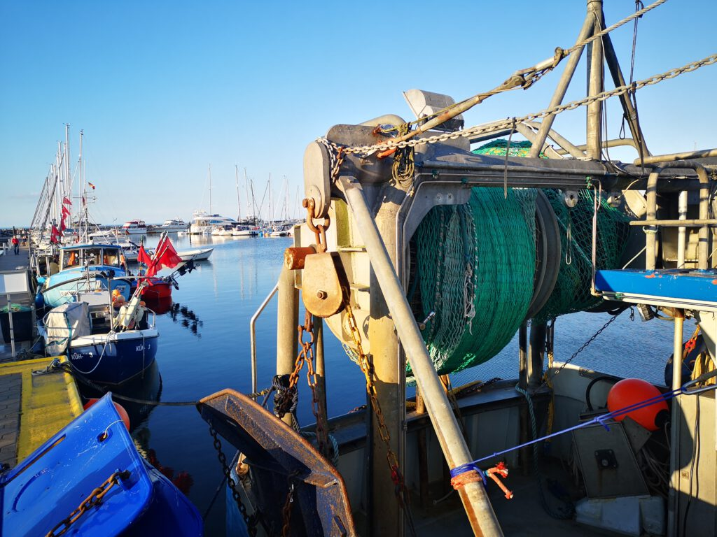Kuelungsborn-Urlaub-Fischkutter-Nahaufnahme