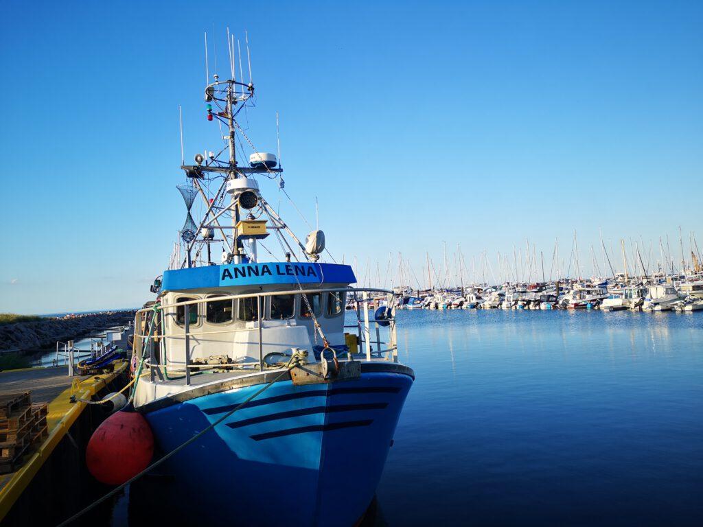 Kuelungsborn-Urlaub-Fischkutter-am-Hafen