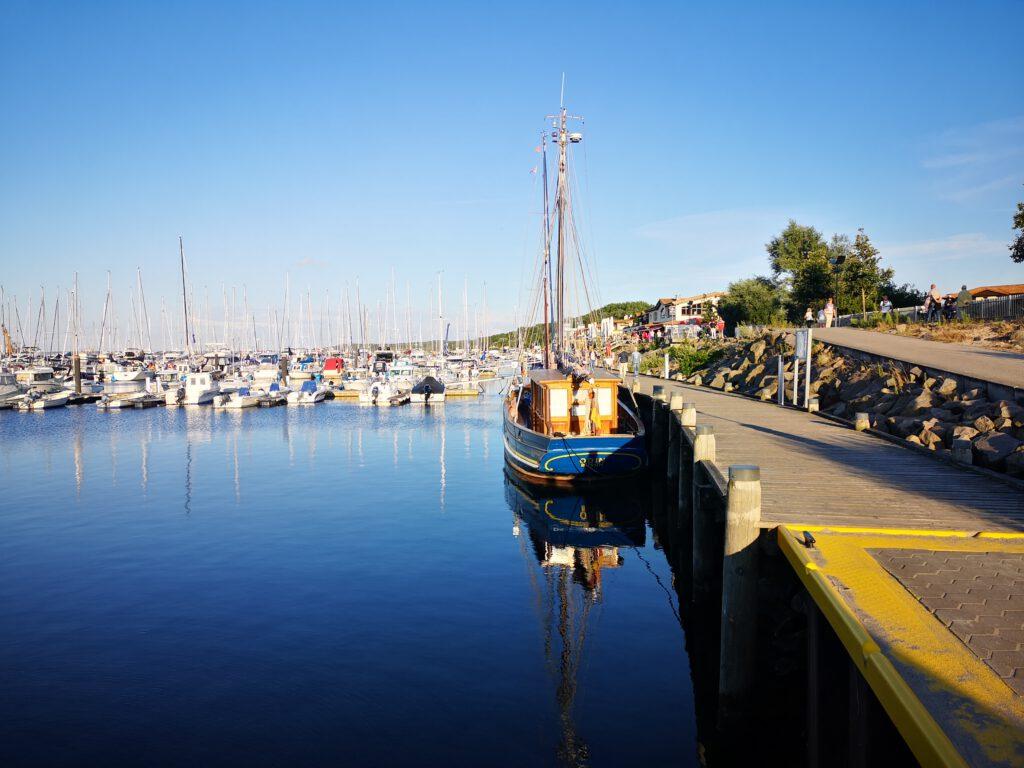 Kuelungsborn-Urlaub-Hafen-Fischkutter