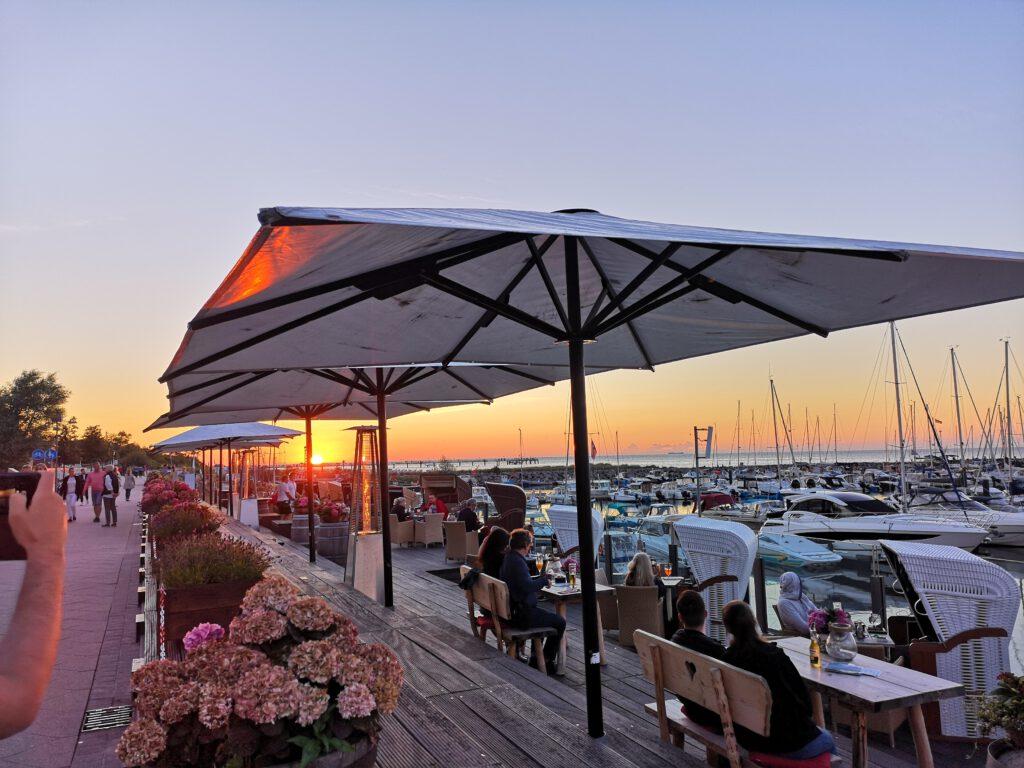 Kuelungsborn-Urlaub-Lounge-Bar-am-Wasser