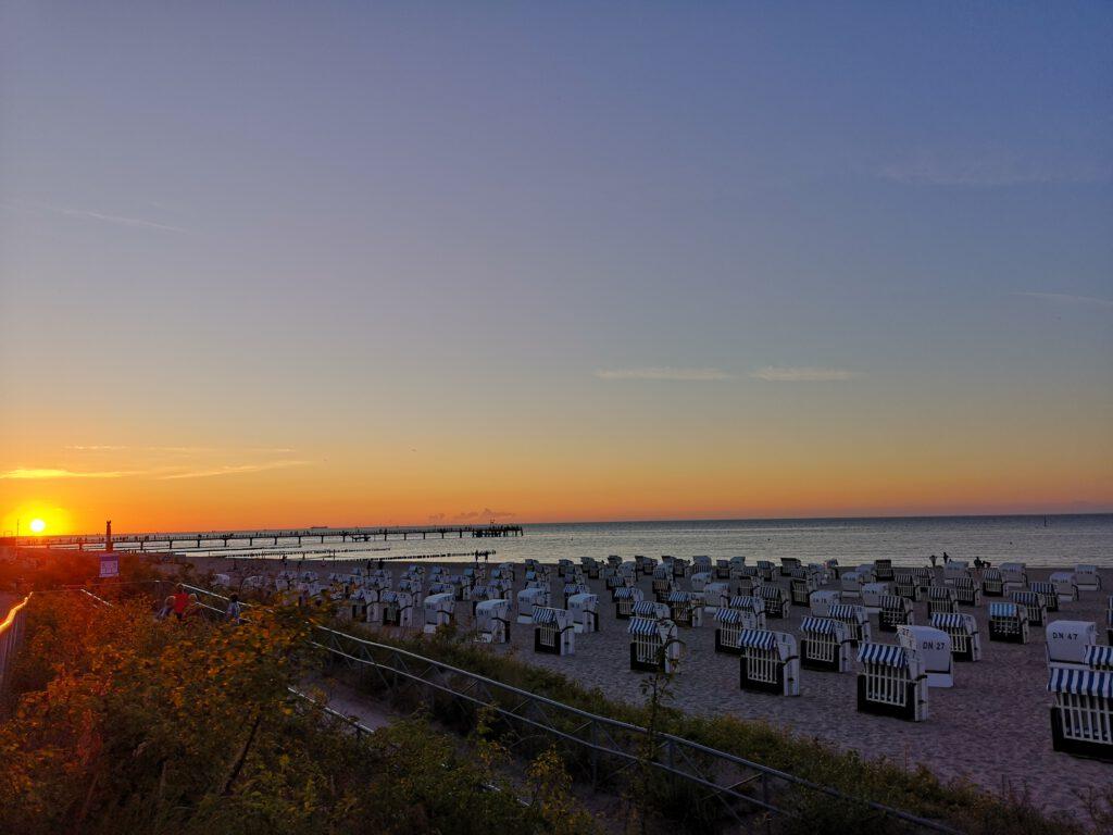 Kuelungsborn-Urlaub-Meer-Ostsee-Strandkoerbe-Sonnenuntergang