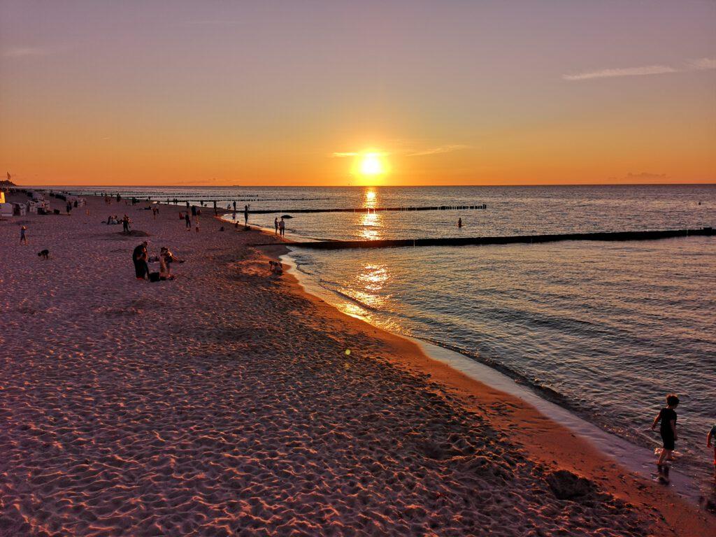 Kuelungsborn-Urlaub-Meer-Sonnenuntergang-von-der-Seebruecke