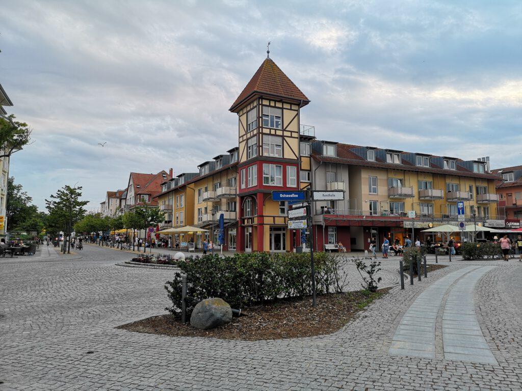 Kuelungsborn-Urlaub-Promenade-Ostseeallee