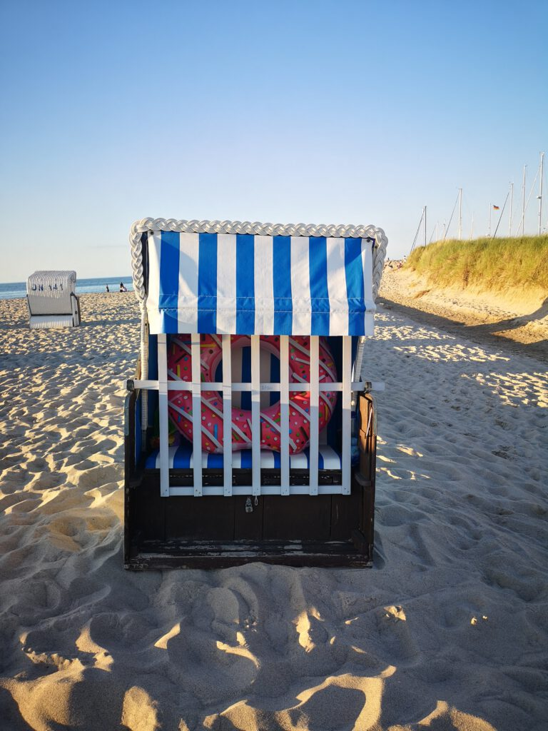 Kuelungsborn-Urlaub-Strandkorb-mit-Donut