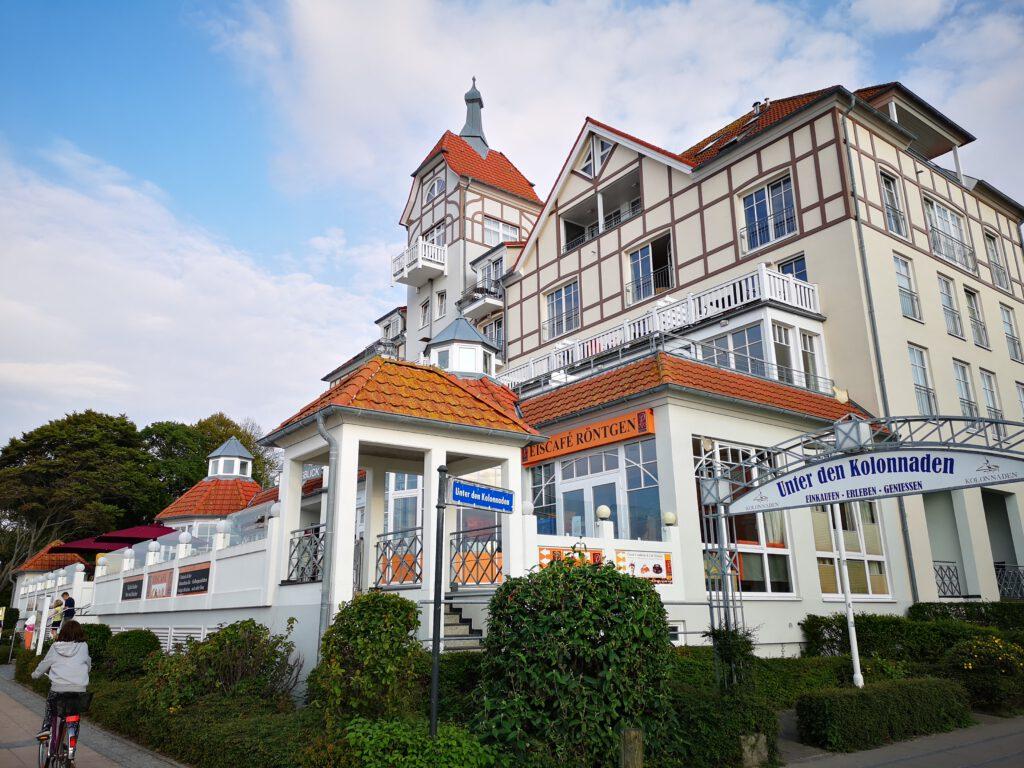 Kuelungsborn-Urlaub-Unter-den-Kolonnaden-Architektur.