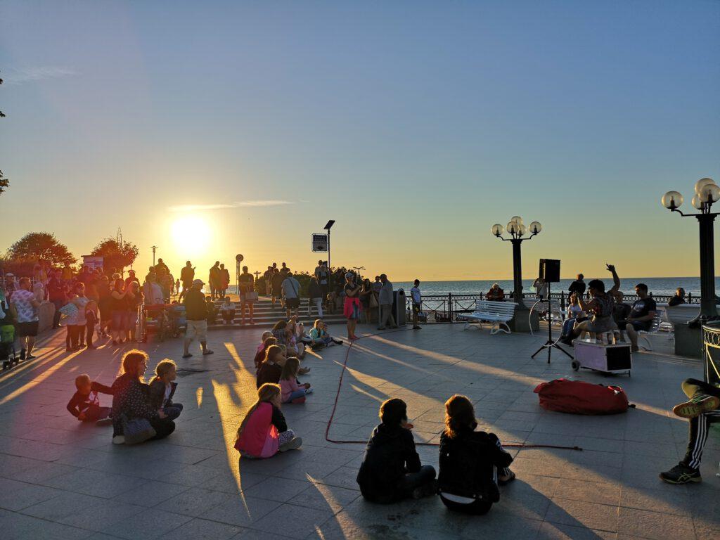 Kuelungsborn-Urlaub-abends-an-der-Promenade-Kinder-Familie